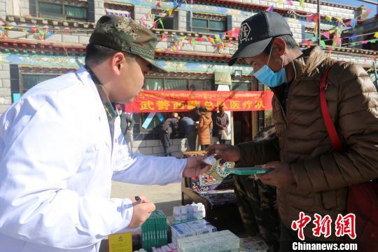 驻藏武警新年前为西藏民众义务巡诊