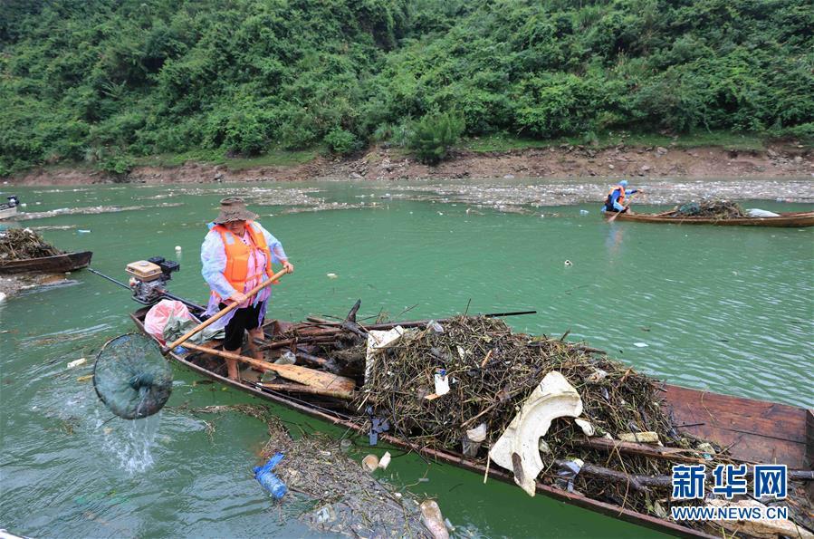 湖南张家界:清理漂浮物守护美丽河道